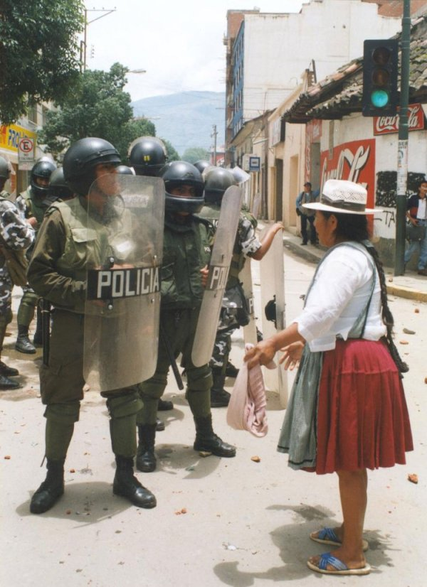 bolivian-woman-confronts-police